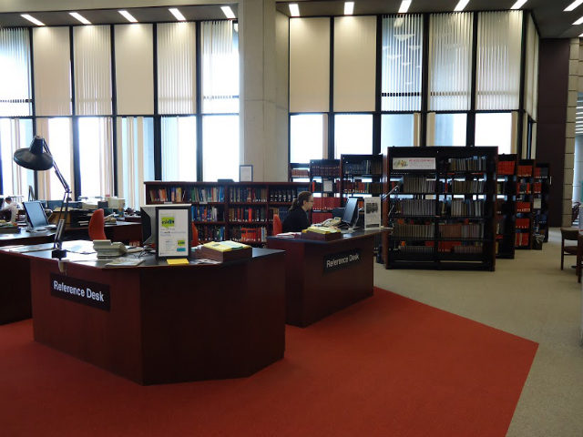The reference desk at the University of Toronto's Robarts Library. Graduate students can now acess tje library for free. ( Creative commons / Moqub )