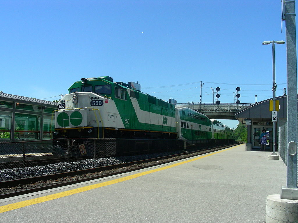 An Eastbound train to Oshawa pulling into Danforth GO station. (Courtesy Flickr user Lord of the Wings©)