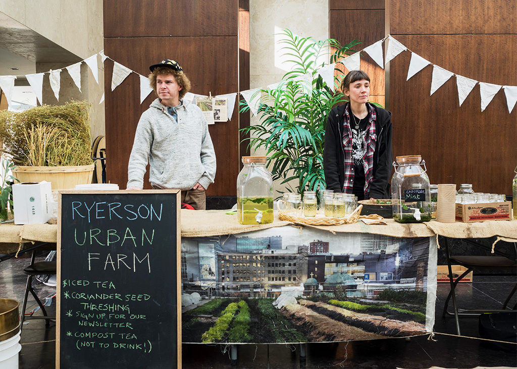 Volunteers Andrew Feldman and Kate Davies hand out refreshing drinks at the Urban Farm Fall Harvest Party on Oct. 24, 2016. (Courtesy Hongen Nar)